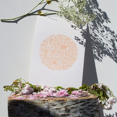 A4-papierivoire-constellationdepetalesenrond-saumon